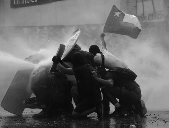 الصّفّ الأماميّ وجميع صفوف الانتفاضة الاجتماعيّة في بلازا دي لا ديجنيداد